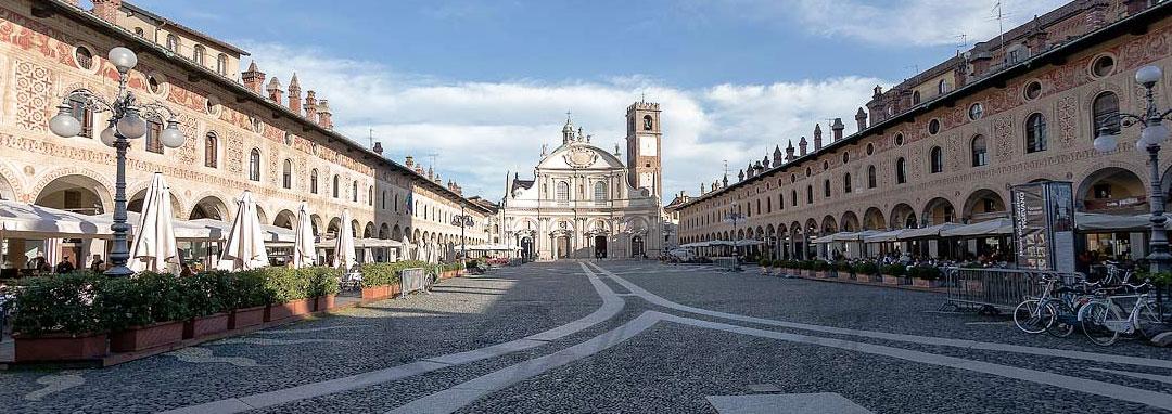 Aperitivo con vista sulla Piazza Ducale a Vigevano