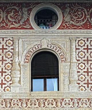 Vigevano Piazza ducale: affreschi